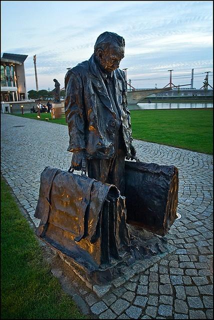 Willy Loman szobra a budapesti Nemzeti Színház előtt