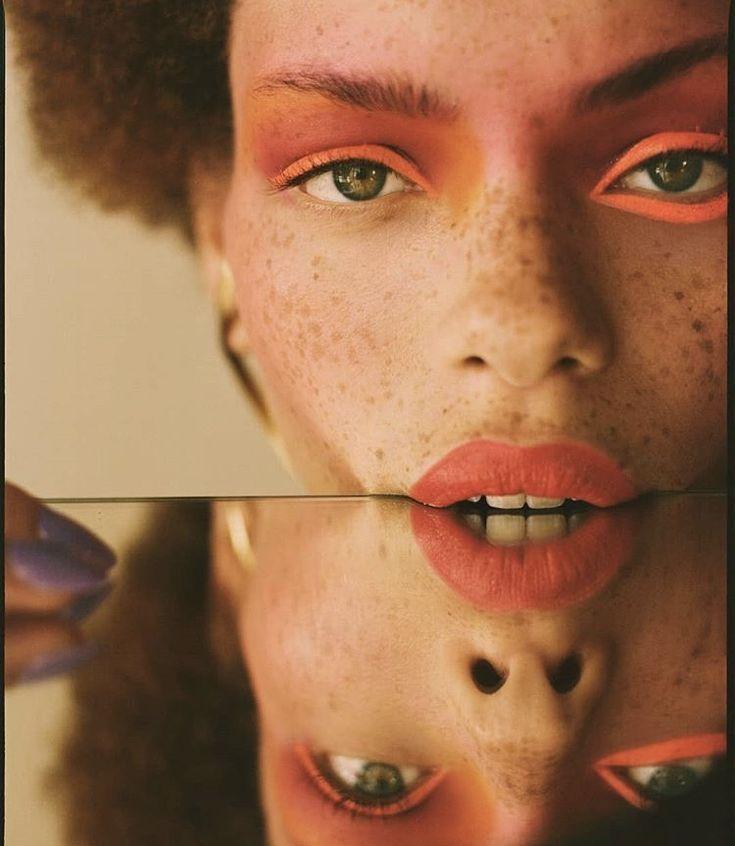 Kreative Foto Idee mit Spiegel: Hier stehen das Beauty Make-up und die wunderschönen Sommersprossen