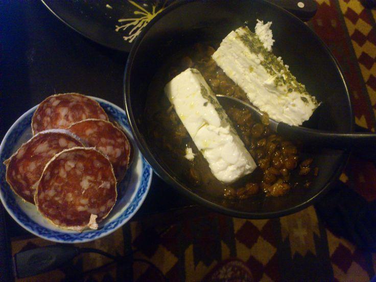 Herzhafte Linsensuppe passt toll zu Feta-Käse und Salami