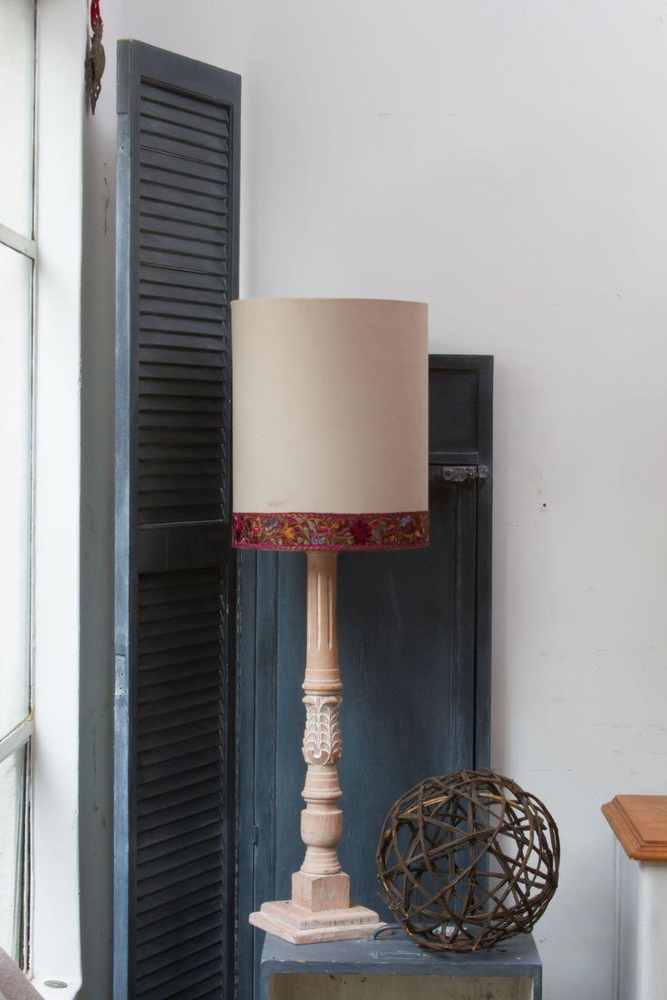Lámpara de madera restaurada y pantalla hecha a mano by BERKANA Shop.
