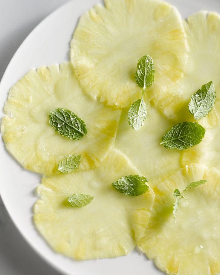 Een superlicht dessertje, deze carpaccio van ananas met muntsuiker! Heerlijk voor een zomerse avond.