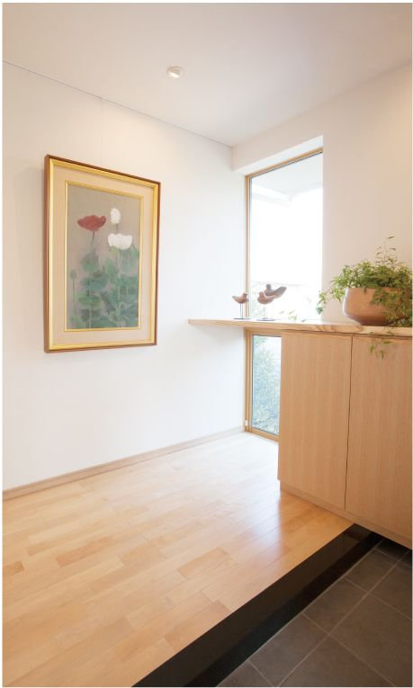 地窓(じまど)のある玄関ホール。 足元が明るくなります。|デザイン|ナチュラル|
