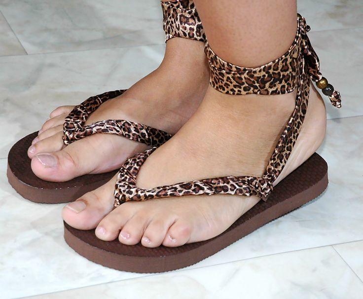Praieira Gatinha - Deze verleidelijke slippers zijn voorzien van glimmend lint in pantermotief, afgewerkt met twee kralen aan de uiteinden. De linten wikkel je eenmaal om je enkel waarna je ze aan de achterkant vastknoopt.