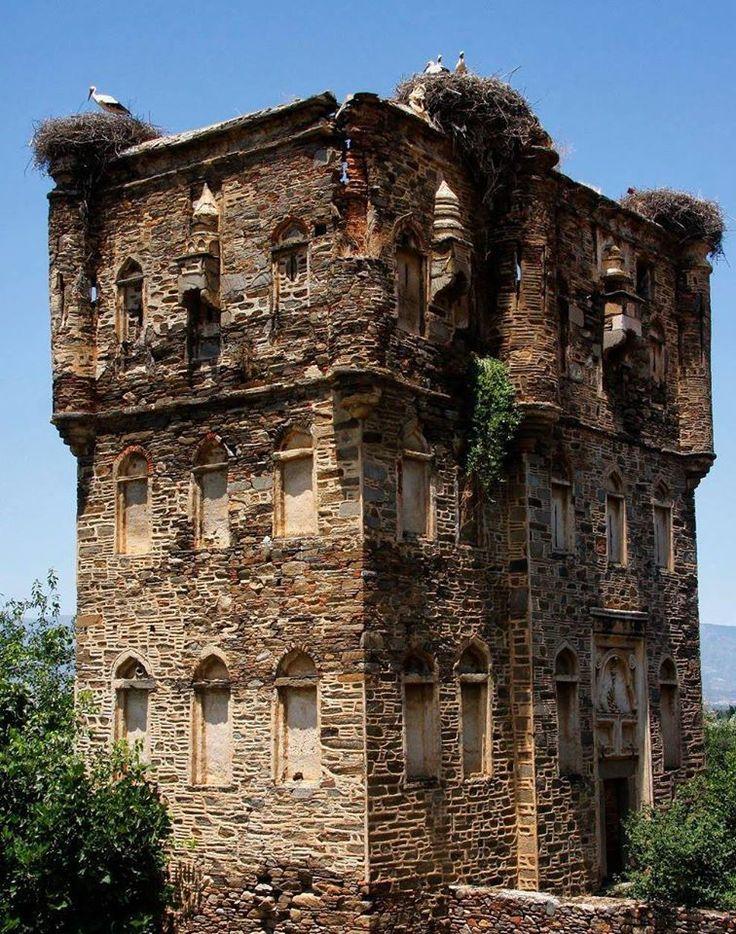 Arpaz kalesi/Nazilli/Aydın/// Rodoslu ustalar tarafından yapılmıştır. Güvenlik kulesi, ambarı, ahırları ve müştemilatı ile bir şatoyu andırmaktadır.