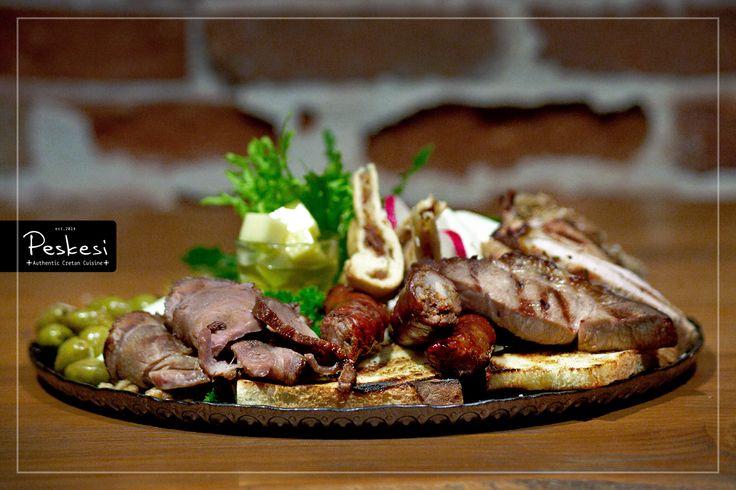Για τους πιο καλοφαγάδες, που αναζητούν μια γεμάτη μερίδα γεύσεων, προτείνουμε το πλατό από Κρητικά αλλαντικά, συνοδευόμενο από νοστιμότατα παραδοσιακά #τυριά. Αποτελείται από λουκάνικο, απάκι, #σύγκλινο, καπνιστό χοιρομέρι, κεφαλοτύρι, τυροζούλι, μυζήθρα και #ανθόγαλο! Όλα τα υλικά που χρησιμοποιούμε είναι εκλεκτά, τοπικής παραγωγής και όπως πάντα, αρίστης ποιότητας.
