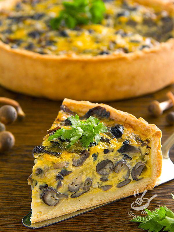 La Torta di funghi e ricotta gialla è quello che ci vuole quando si desidera gustare una torta salata buonissima e super veloce da preparare. Che profumo!