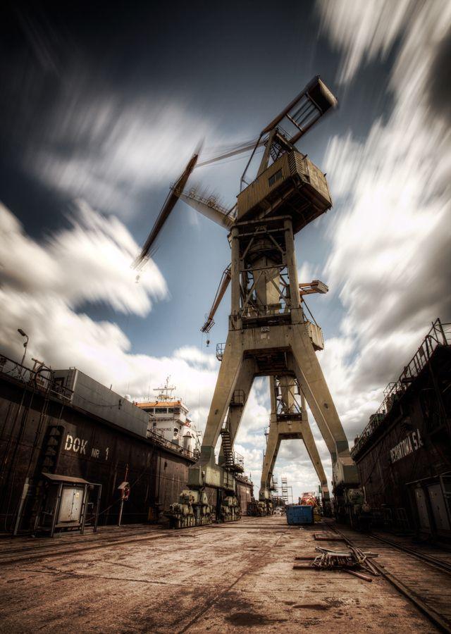 Dźwig w ruchu / #Crane in #motion ( #Gdansk ) by Sylwester Czopek, via 500px