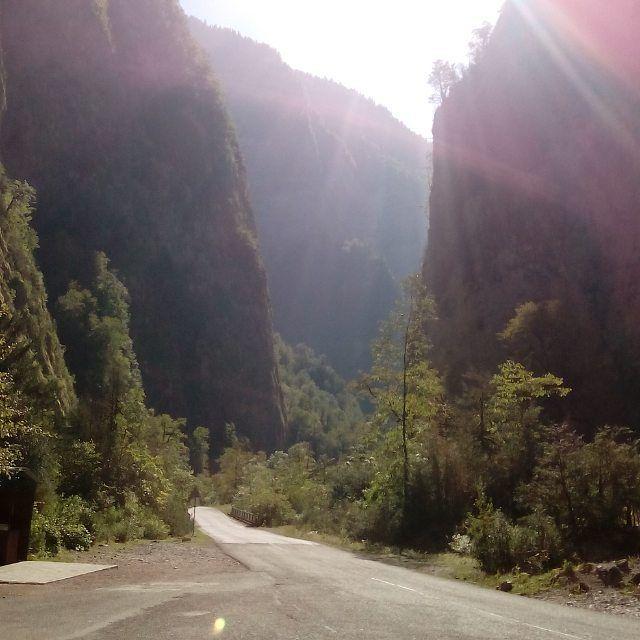 Высокие скальные обрывы Юпшарского каньона. Отвесные стены и мощь природы. Экскурсия к горному озеру Рица восхищает и влюбляется в этот дивный край. Самое лучшее время для посещения каньона вторая половина дня, когда стены освещаются солнечными лучами и наполняются животворящей энергией.  #рица #юпшарскийканьон #юпшара #каньон #горы #небо #небомореоблака #абхазия #абхазия2017 #абхазия❤️ #вечер #костер #трава #природа #походы #путешествия #горы #осень #осень2017 #воронеж #липецк #куй…