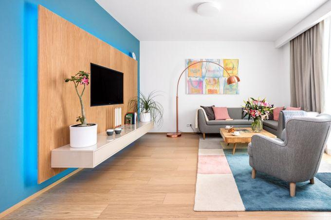 Autorem návrhu celého interiéru je Karolína Hanulíková. TV sestava je vyrobena na zakázku u firmy Hanák Ateliery, sedací souprava je značky Domark, konferenční stolek z kolekce Ena Club od Gazzda je pořízený v Bonami