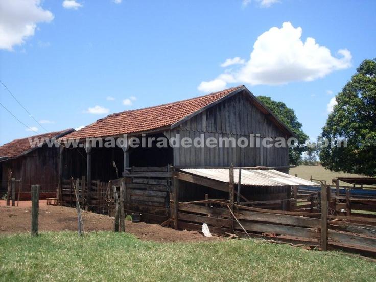Exemplo de casas antigas, de onde são extraídas as tábuas de peroba rosa para confecção de móveis e outros produtos em madeira de demolição.
