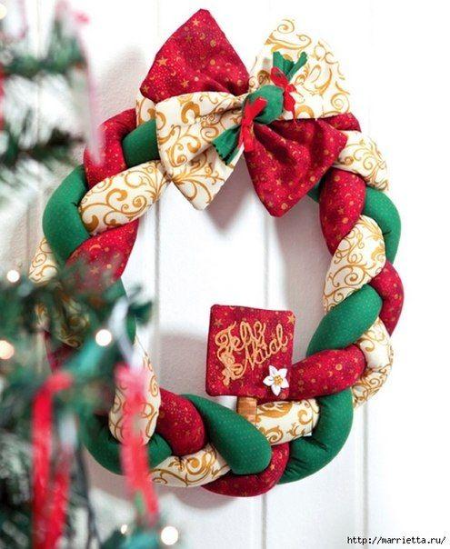 ТЕКСТИЛЬНЫЙ РОЖДЕСТВЕНСКИЙ ВЕНОК. МАСТЕР-КЛАСС Яркий рождественский венок сплетен из полосок ткани, сшитых в трубочку и наполненных синтепухом. Размер полосок - 120 см на 10 см #новый_год #декор #елочные_игрушки #венок #новый_год_2014 #зима #новый_год #rukodelnihka www.baby-consultant.ru и www.baby-answer.ru