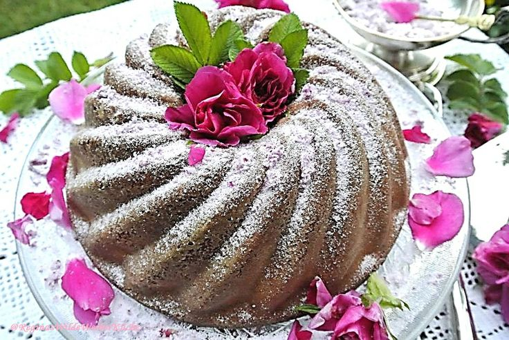 Rosen-Buttermilchkuchen mit Erdbeeren und weißer Schokolade