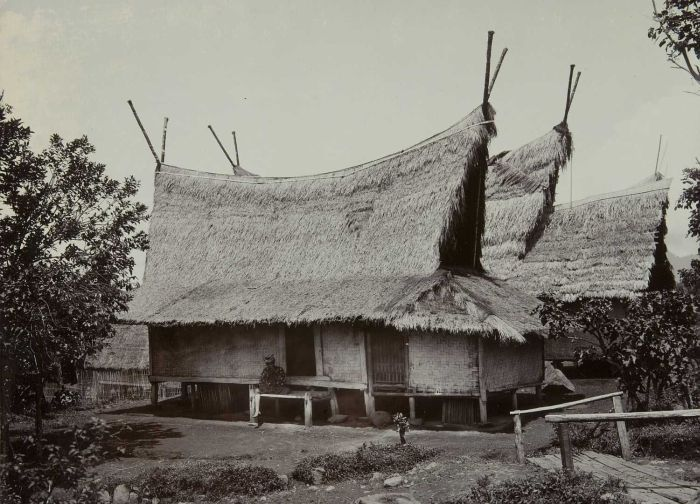 Rumah tradisional Sunda suhunan Julang Ngapak di Papandak, Garut
