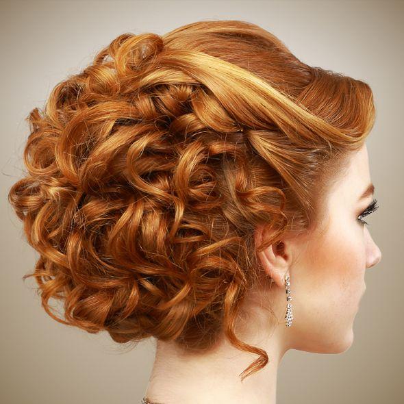 SOFISTICADA-CASCADA DE RULOS:Ideal para cabello rizado y largo. Un recogido de este tipo agrega un toque muy femenino y coqueto a tu look. Acompáñalo con maquillaje resplandeciente para lograr una combinación irresistible.