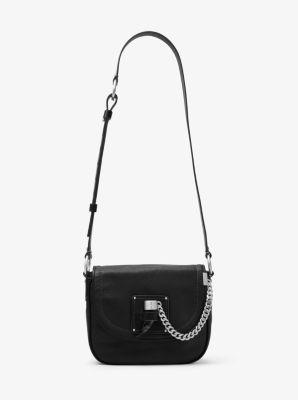 Diese vom Reiterstil inspirierte Satteltasche ist eine stilvolle Anspielung auf die 70er-Jahre. Das großzügige Innendesign bietet Platz für alles Wesentliche. Ein verstellbarer Riemen sorgt dafür, dass Sie die Tasche quer über den Körper tragen können. Eine ideale Begleitung zum Brunch, ins Büro und auch sonst überall hin.