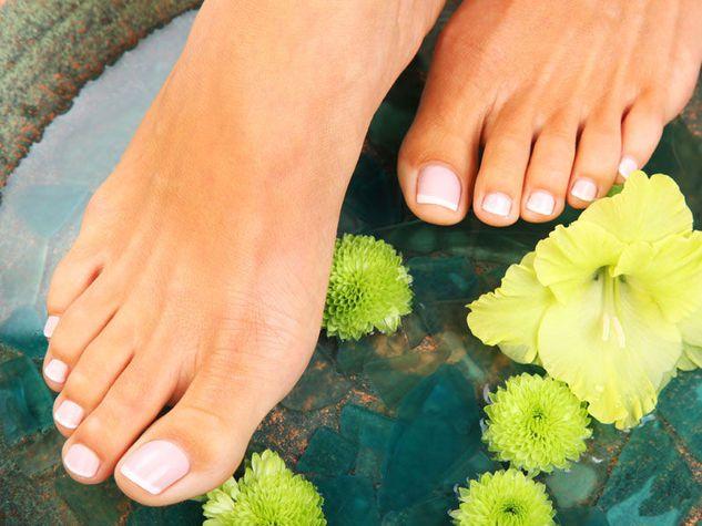 piedi perfetti unghie nude