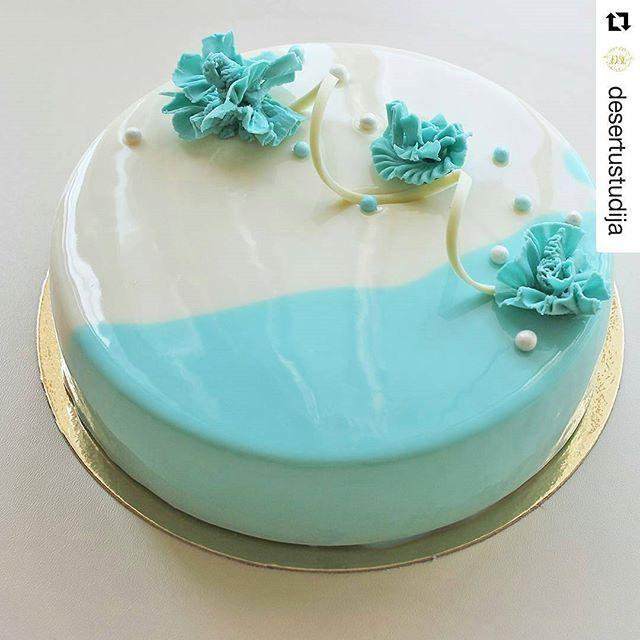 """#Repost @desertustudija with @repostapp ・・・ Torte pirmskāzu ballītei Iekšā """"Ogu siera kūka"""", dekoram – šokolādes rudzupuķes _______  Торт на девичник Внутри """"Ягодный чизкейк"""", декор - васильки из шоколада"""
