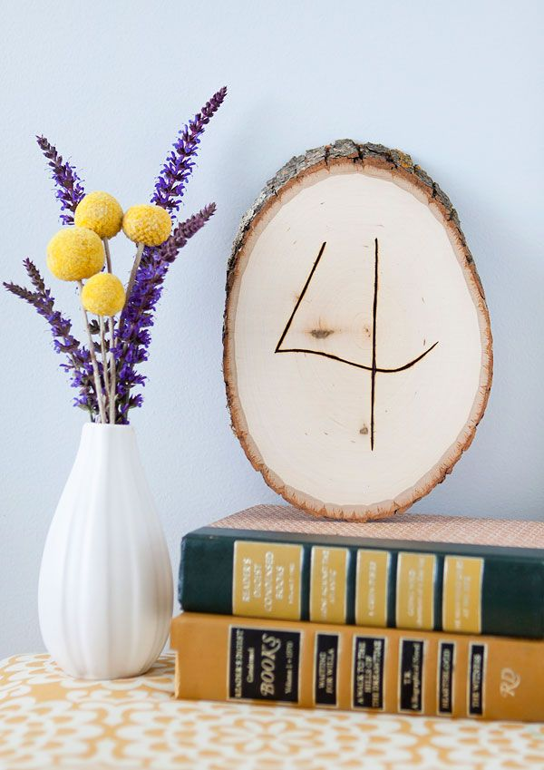 Wooden plank table numbers | Armelle Blog #DIY #Wedding #Tabletoppers