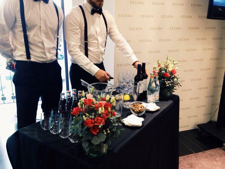 Nuestros camareros listos para la presentación de ESCADA, catering EL GUSTO ES NUESTRO