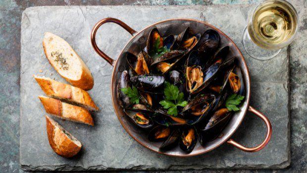 Pokud si na dovolené u moře rádi dopřáváte jídla s plody moře, není důvod, proč si je nedopřát i doma. Například příprava mušlí je rychlá a jednoduchá a výsledek bude stejně uspokojivý jako v přímořské restauraci.