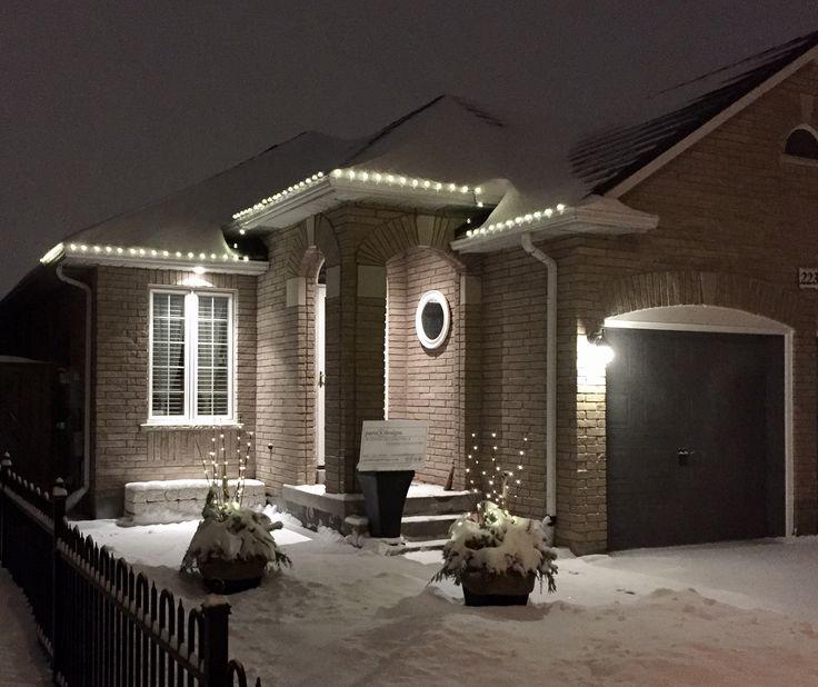 It's beginning to look a lot like Christmas! ❄️#paris8_can_decor8 #Christmaslighting #Christmasurns #LEDlighting #firstsnowfall #cozybungalow #exteriordesign