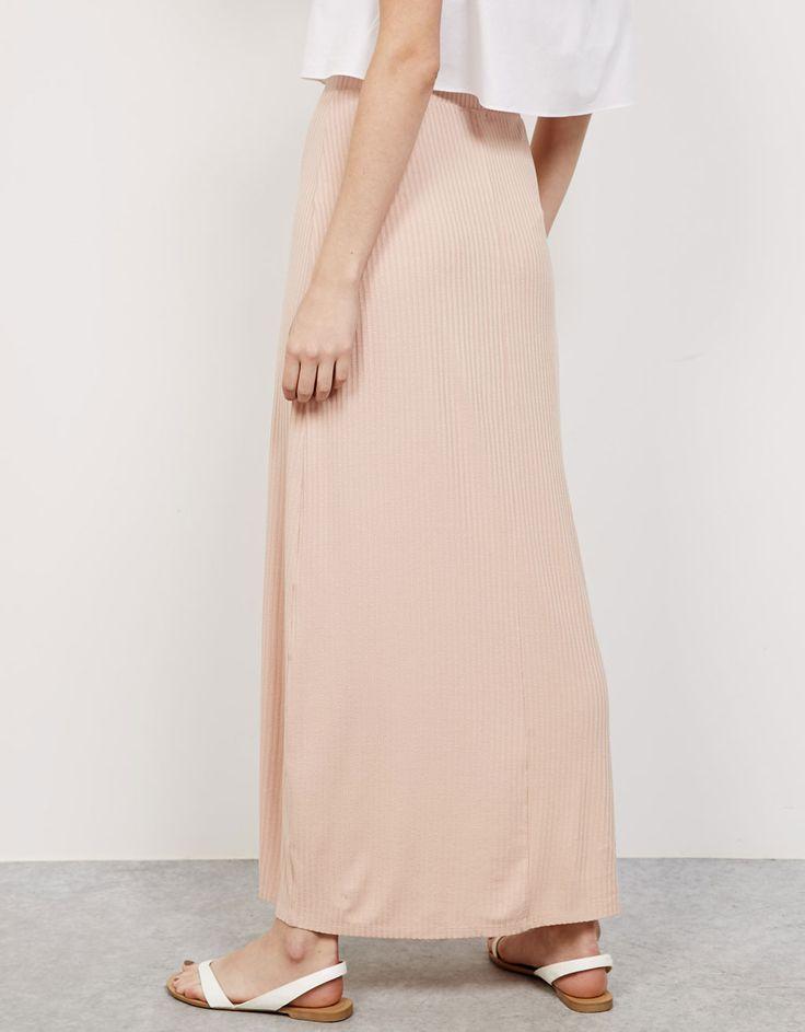 Falda larga canalé. Descubre ésta y muchas otras prendas en Bershka con nuevos productos cada semana