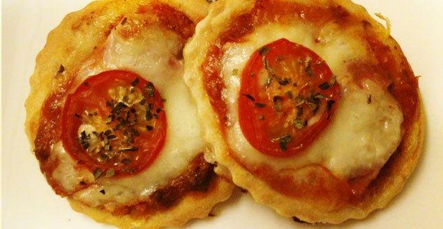 Sortez votre votre pâte à pizza du réfrigérateur et préchauffez votre four à 220 °C (thermostat 7). Coupez les tomates cerises en rondelles, la mozzarella en petites tranches et le jambon en carrés. Étalez votrepâte et découpez-la à l'aide d'un emporte-pièce en forme de cercle (si vous n'en avez pas, vous pouvez utiliser un petit…