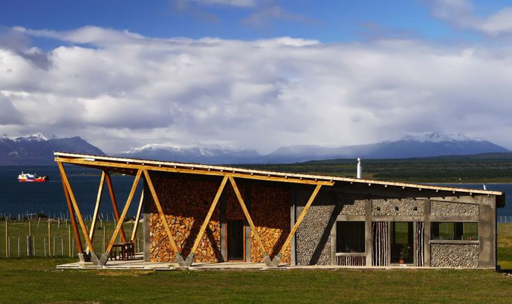Un sencillo y elegante ejemplo de arquitectura bioclimática  Esta construcción se encuentra en Puerto Natales (Chile) y dispone de avanzados sistemas solares pasivos que aprovechan la energía del sol para cocinar y climatizar la vivienda.