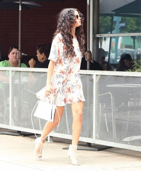Selena Gomez Photos - Selena Gomez Lunches With Friends - Zimbio