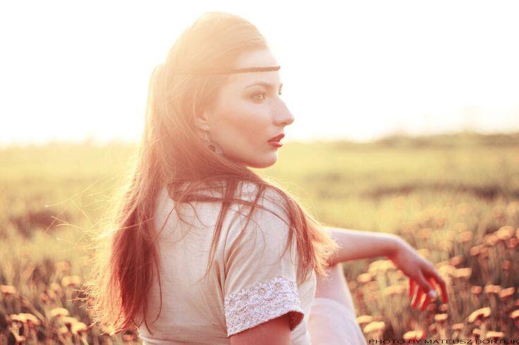 Foto : Mateusz Bortlik.      Portrait of a girl on the meadow.