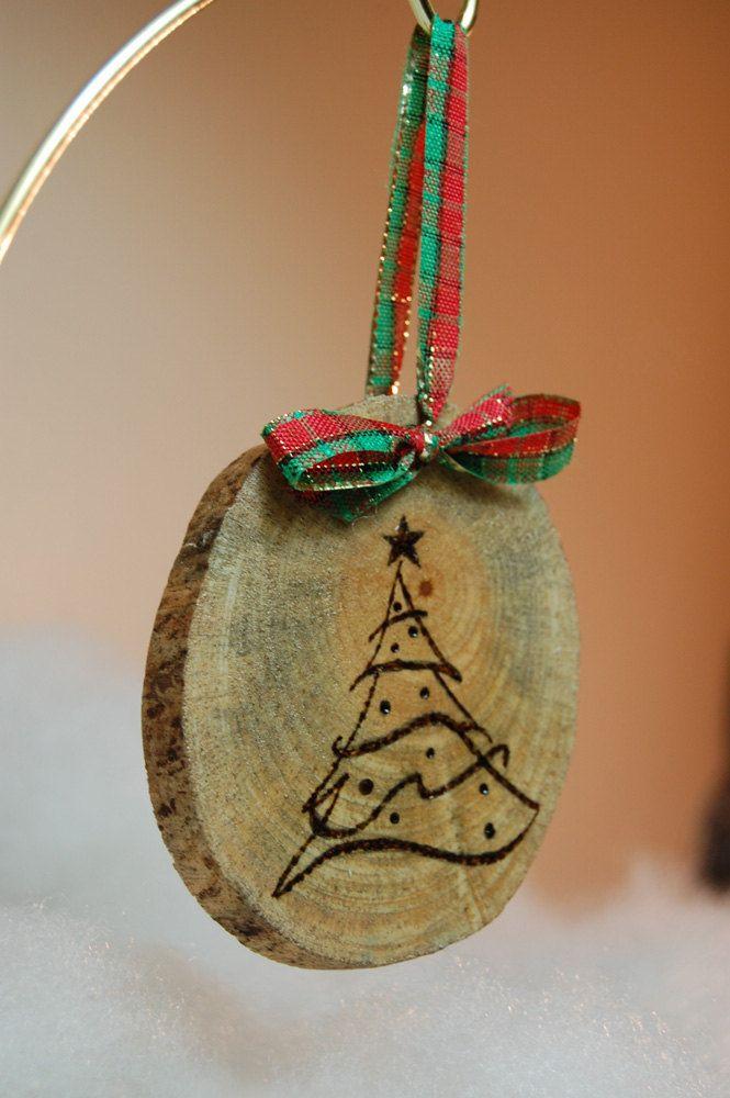 Questi ornamenti di legno mano incisa/bruciato sono progettati per portare un fascino rustico e la nostalgia per il vostro albero di Natale. Possiamo anche aggiungere un nome dello sposo e della sposa sul retro per un 1 ° Natale alla coppia felice!    Ogni fetta di albero varia in forma & dimensioni con difetti minori dagli elementi che aggiungeranno flair e la struttura di ogni pezzo unico. Ogni fetta misurerà circa 3-5 pollici.    Nota: Questi possono essere personalizzati progettati e…