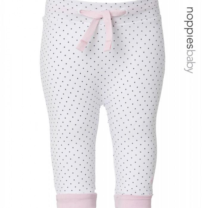 Dit meisjes broekje Murk van Noppies is voorzien van stip en roze lint in de taille. De brede zoompjes onderaan de pijp kunnen omgeslagen worden en het elastiek in de taille biedt extra gemak bij het aankleden. Draagt zacht en comfortabel.  Artikelnummer