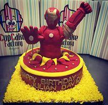 Ponqué Iron Man de Cupcakes Factory FB: https://www.facebook.com/Cupcakes.Factory.Bogota/photos/pb.104725072922489.-2207520000.1435537604./905952612799727/?type=3&theater