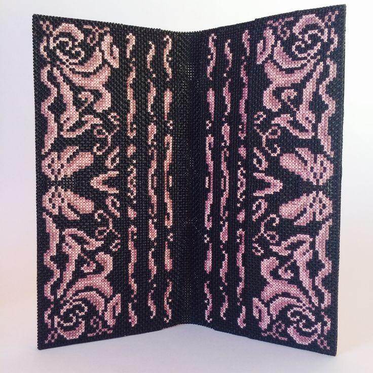 клатч-кошелек-сумочка снаружи расшита бисером, внутри вышивка нитками. Красивый и стильный аксессуар.