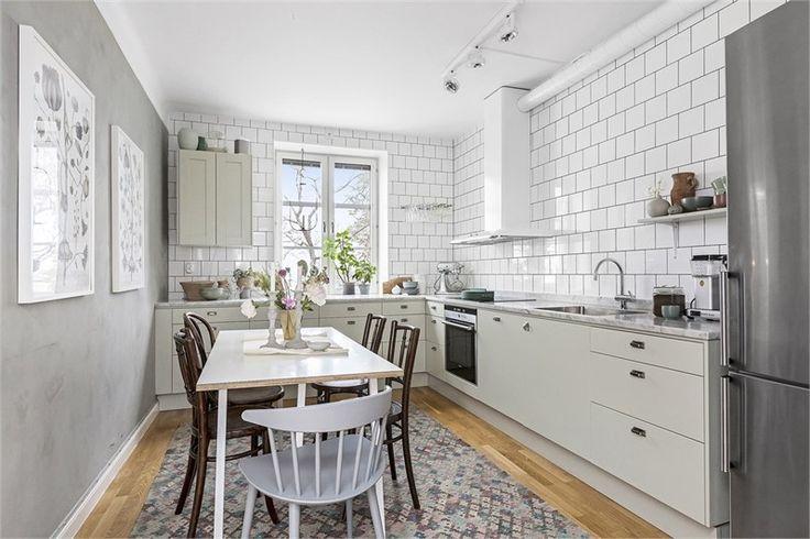 Det ljusa och rymliga Ballingslövköket från 2013 med stora fina spröjsade fönster med djupa fönsterbänkar, samt snickerier i lindblomsgrönt bjuder in till trevliga middagsbjudningar med familj och vänner. Det finns mycket gott om avställningsytor och förvaringsmöjligheter. Ovanför den stora bänkskivan i carrara marmor sitter vitt kakel. Köket är välutrustat med vitvaror som kyl/frys, induktionshäll, ugn och integrerad diskmaskin från Siemens, fläktkåpa från Franke samt stor diskho.