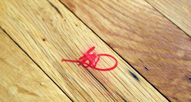 Si vos enfants ont malencontreusement mis la main sur un feutre indélébile et qu'ils en ont mis sur votre table basse, sur votre plancher ou sur un meuble, sachez qu'une solution existe pour l'effacer et qu'elle est très simple : le dentifrice ! Étalez simplement du dentifrice blanc classique sur la tache et frottez avec un chiffon ou un tissu microfibre. Cela peut demander un peu d'huile de coude, mais la marque finira par disparaître intégralement, soyez-en assuré !