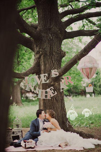 Воздушные шары, сотни розово-белых пионов, пикник под раскидистым супердеревом, сладкая черешня и фактура светлого дерева - для романтической свадьбы невозможно придумать более изящного сочетания. Для такого волшебного праздника мы придумали множество очаровательных деталей: приглашения на бумаге с деревянным принтом, подарки для гостей (бонбоньерки) в форме капкейков, гостевую книгу с мягким…