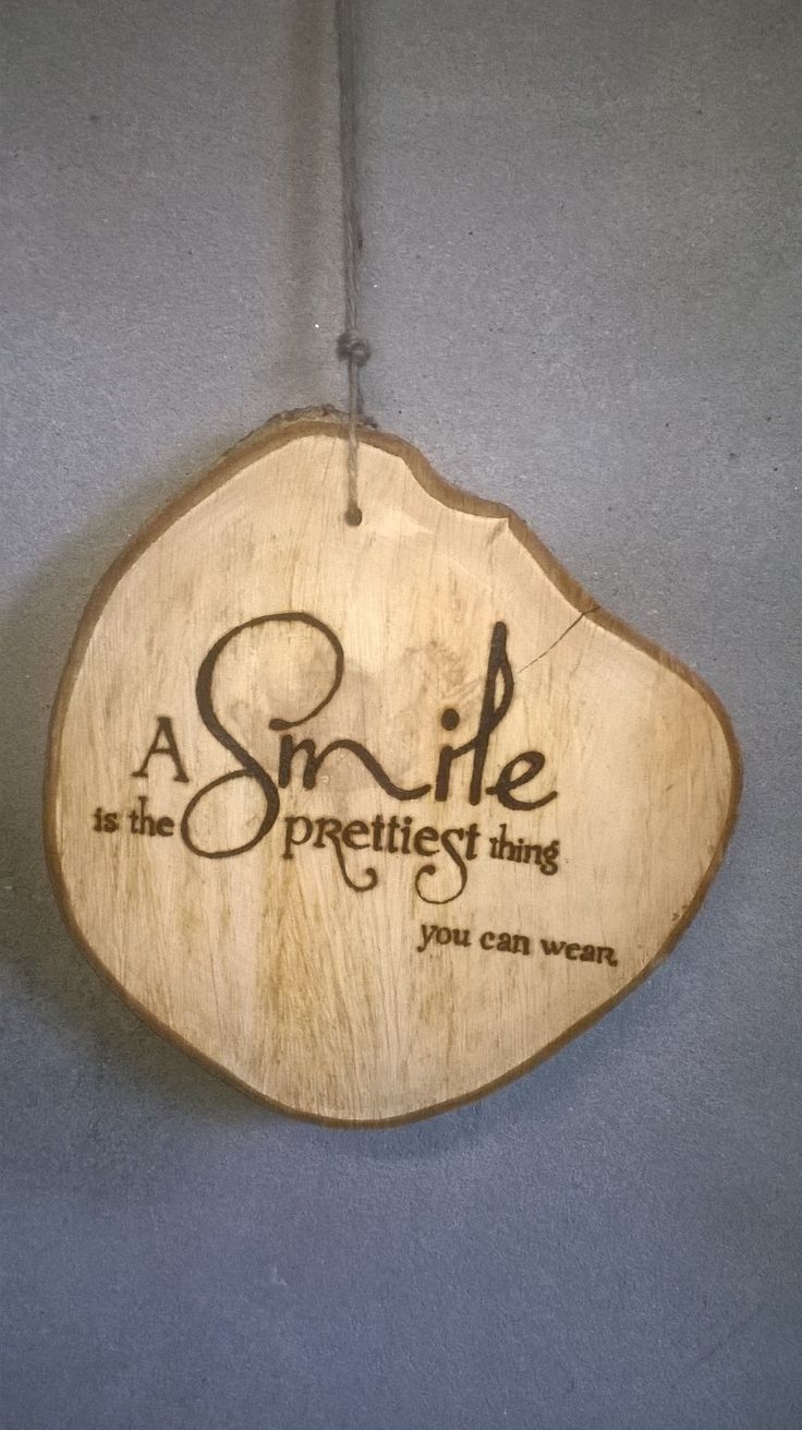 A smile is the prettiest thing you can wear # boomstamschijf # cadeau # present # hout # wood # special # als-nieuw.com