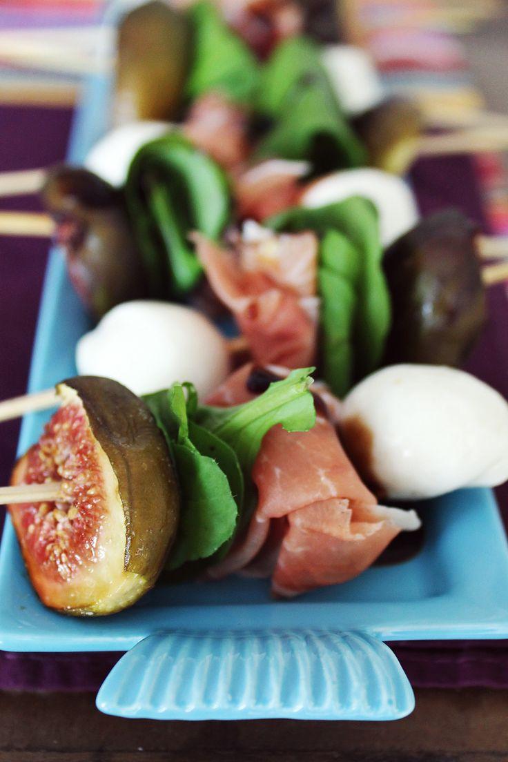 Espetinhos de figo assado, presunto cru e mozzarella