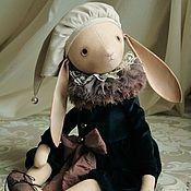 Купить или заказать Луи и Пенелопа в интернет-магазине на Ярмарке Мастеров. Авторские коллекционные куклы. Зайчик Луи в бархатном костюмчике с пышным воротником жабо. Колпачок снимается. Кошка Пенелопа в платье из вискозы с кружевной вставкой, с пышным воротником. Цветок ручной работы, снимается. У кукол голова поворачивается, ручки и ножки свободно болтаются. Куклы плотно набиты синтепухом, полностью покрыты акрилом. Единственный экземпляр. Точный повтор невозможен!
