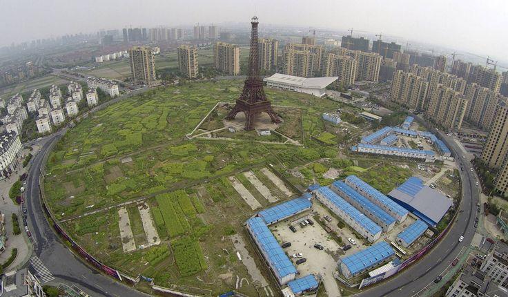 9. april 2015 - Et luftbillede over Hangzhou, Kina, viser en kopi af Eiffeltårnet, som vi kender det fra Paris. Nok er det magen til, men dette tårn er kun 108 meter højt og måler altså kun omtrent en tredjedel af originalen, som er 300 meter højt.