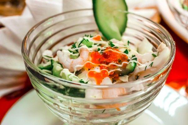 Салат из креветок и сельдерея, ссылка на рецепт - https://recase.org/salat-iz-krevetok-i-seldereya/  #Салаты #блюдо #кухня #пища #рецепты #кулинария #еда #блюда #food #cook