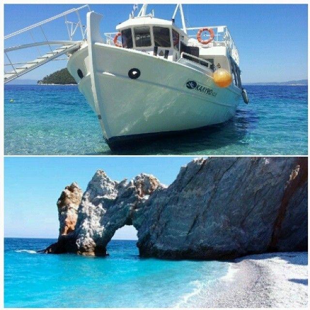 Lalaria er stranden med de kridhvide rullesten og klippen man kan svømme igennem. Man kan kun komme dertil med båd, som f.eks. med kalypso her. Du kan læse mere her: www.apollorejser.dk/rejser/europa/graekenland/skiathos
