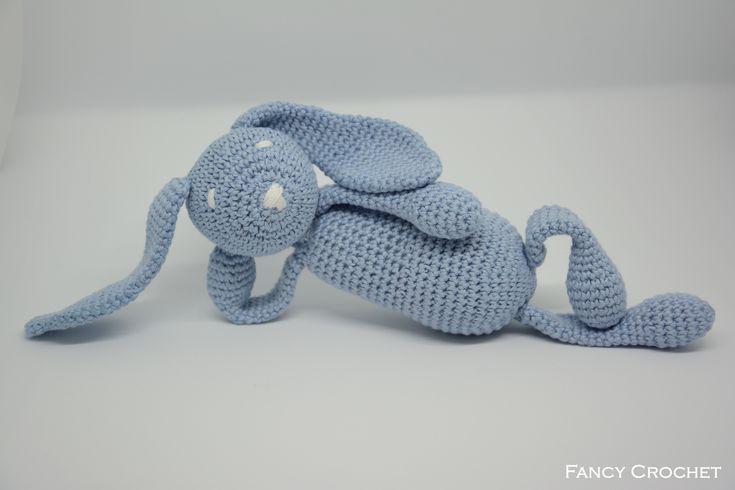 Coniglietto realizzato all'uncinetto, in puro lino color celeste, by Fancy Crochet.