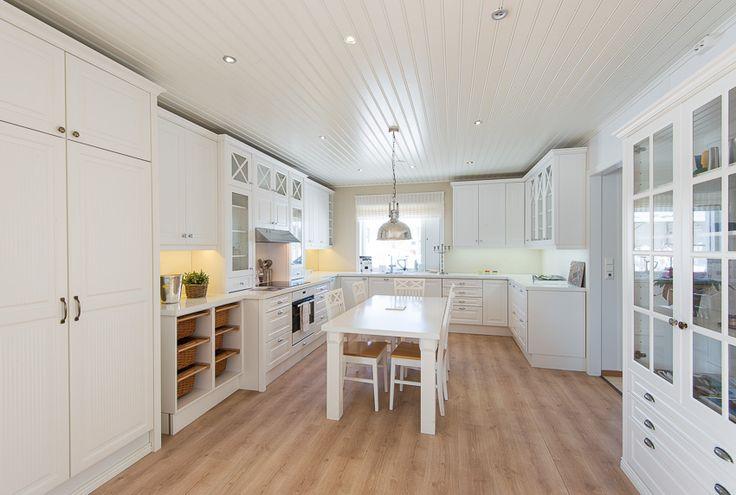 Kodikas, tilava keittiö, jossa on haluttu ottaa käyttöön kaikki mahdollinen kaappitila. #puuvaja