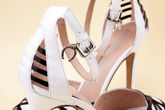 High heels, metal pendant, elegant details. Wear Pakerson handmade shoes. - Tacchi alti, pendente in metallo, dettagli di eleganza. Indossa le scarpe fatte a mano Pakerson. http://store.pakerson.it/high-heel-sandals-27297-bianco-nero.html