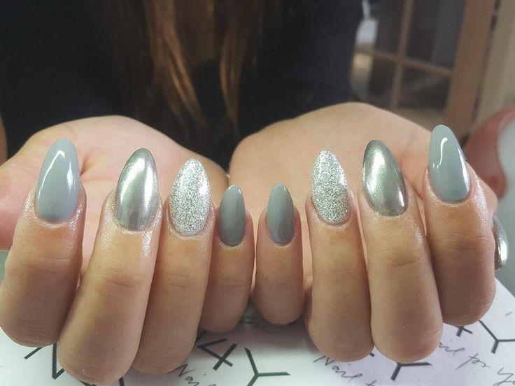 Elegant grå gele negle med sølv glimmer og mat topcoat, så du får matte negle.