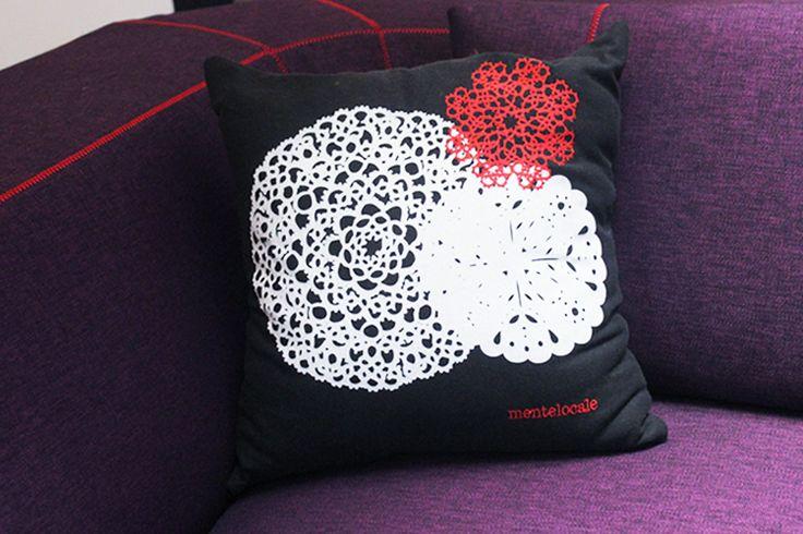 Cuscino in cotone con centrini ricamati e stampati.  Cushion in cotton.