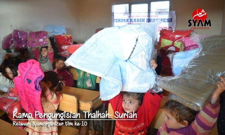 Kisah Relawan ke-10 di Kamp Pengungsian Thalhah    Kali ini relawan Syam Organizer bergeser menuju kamp pengungsian Thalhah. Kamp ini terletak di perkebunan pohon yang diberkati Zaitun yang menghijau sejauh mata memandang. Tidak jauh dari sini ada kota Salqin salah satu kota kecil di bagian Provinsi Idlib.  Kamp Thalhah termasuk kamp pengungsian yang cukup besar. Terdiri dari dua bagian biasanya disebut Thalhah Satu dan Thalhah Dua keduanya terpisah jarak sekitar 15 KM. Tema misi kali ini…