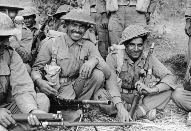 Quando a Índia entrou na Guerra, seus habitantes foram chamados para lutar – e eles aderiram em peso! Nada menos que 2,5 milhões de homens se prontificaram para a batalha, mas muitos foram trabalhar em fábricas ou nas defesas do país. Mesmo assim, o reforço indiano foi bastante decisivo para os rumos da guerra. A recuperação de Myanmar pelo XIV Exército, formado por britânicos, indianos e africanos, foi considerada o ponto de virada dos Aliados na Segunda Guerra Mundial.